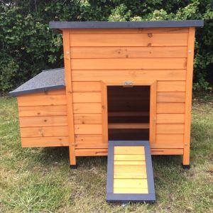 Poulailler-Sussex-L-4-à-6-poules-Bois-FSC-toit-shingle-noir-vue-face-avant-porte-ouverte